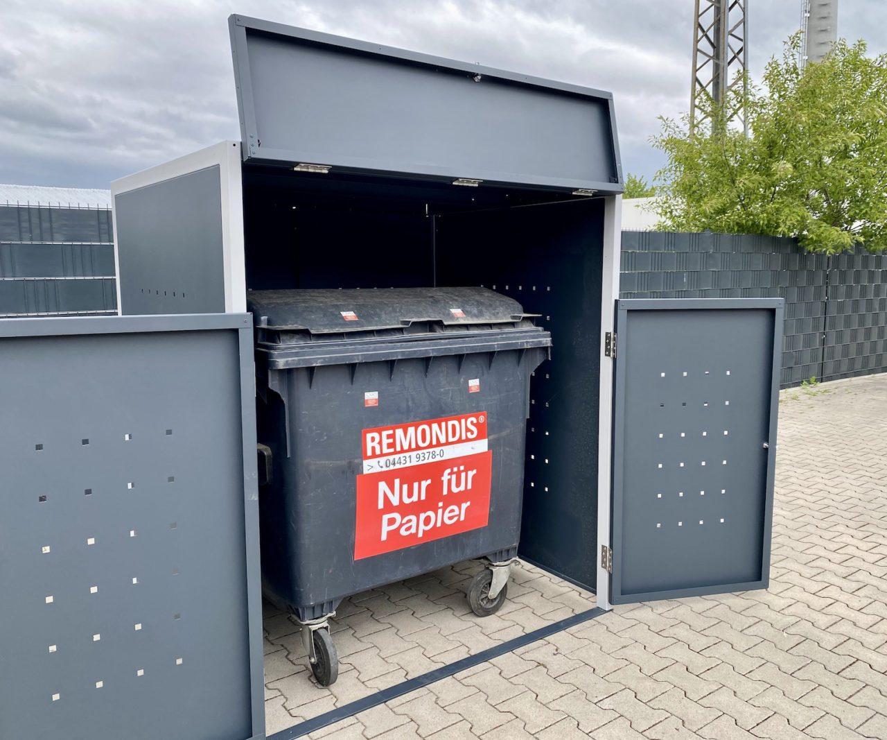 1er Müllcontainerbox Quadratlochung mit Klappe offen
