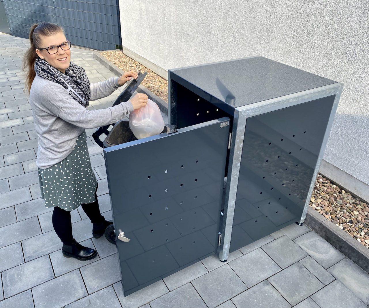 Mülltonnenboxen – 1er Mülltonnenbox wird befüllt
