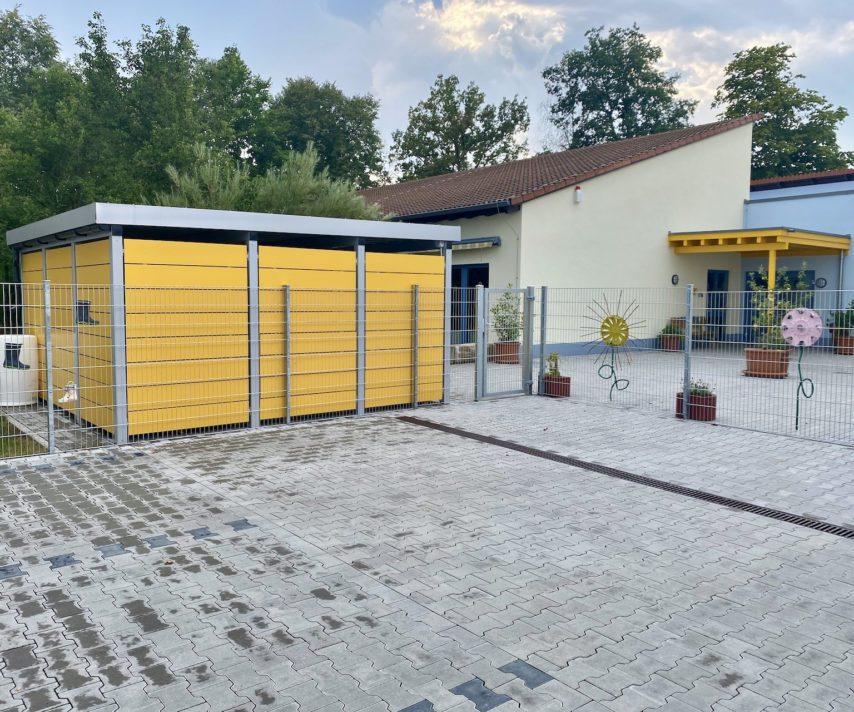 Metallcarport mit gelben Wänden
