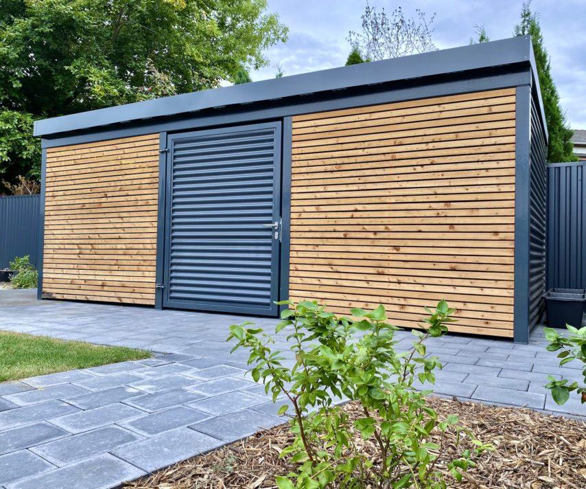 Metallcarport mit Wänden aus Lärchenholz