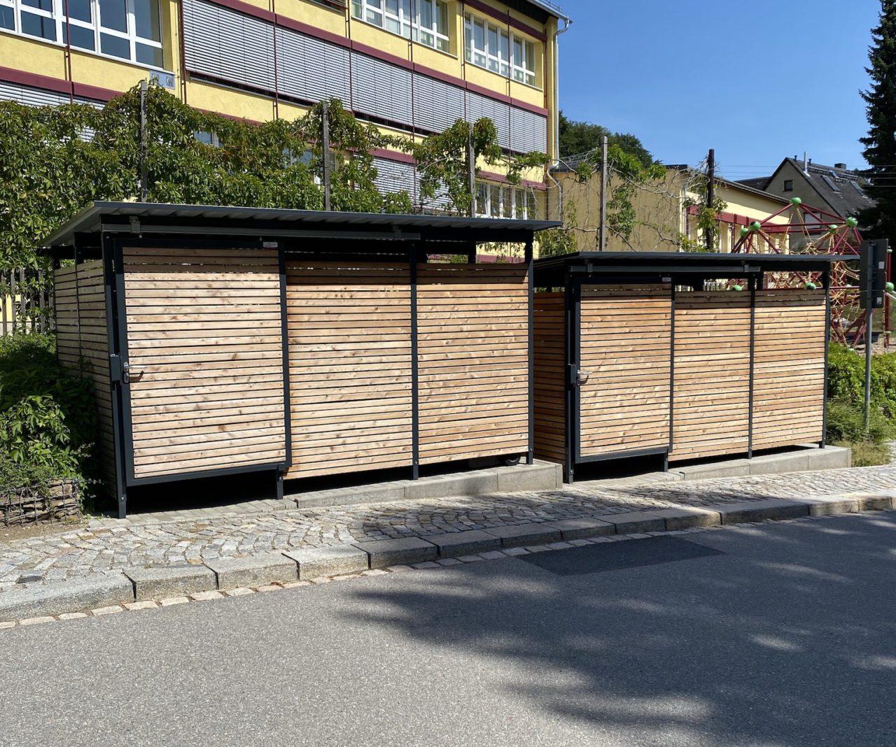 Mülltonnenhäuser Lärchenholz an Straße