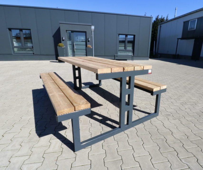 Sitzgruppe aus Metall und Holz