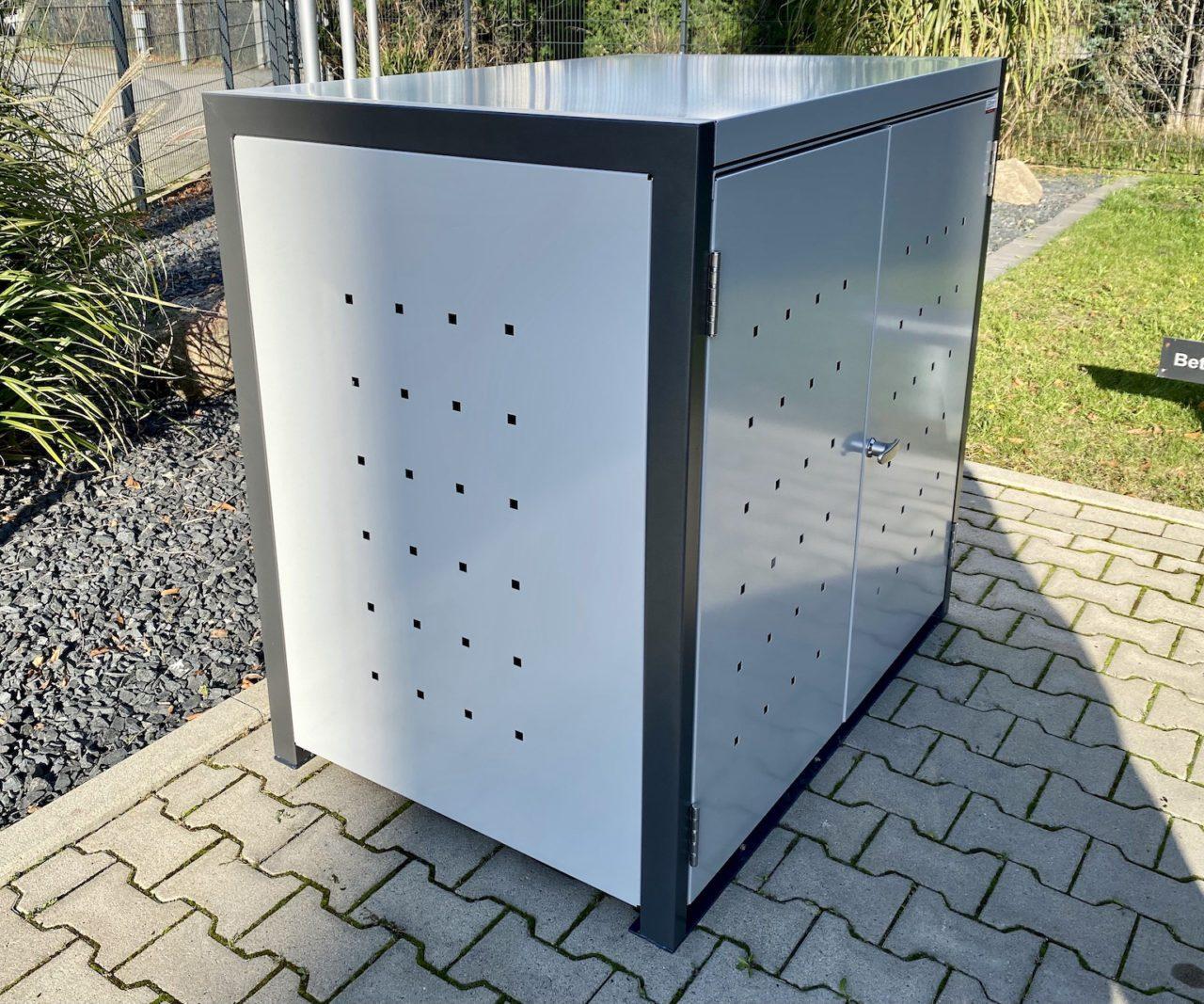 Universalbox aus Metall mit Quadratlochung von der Seite