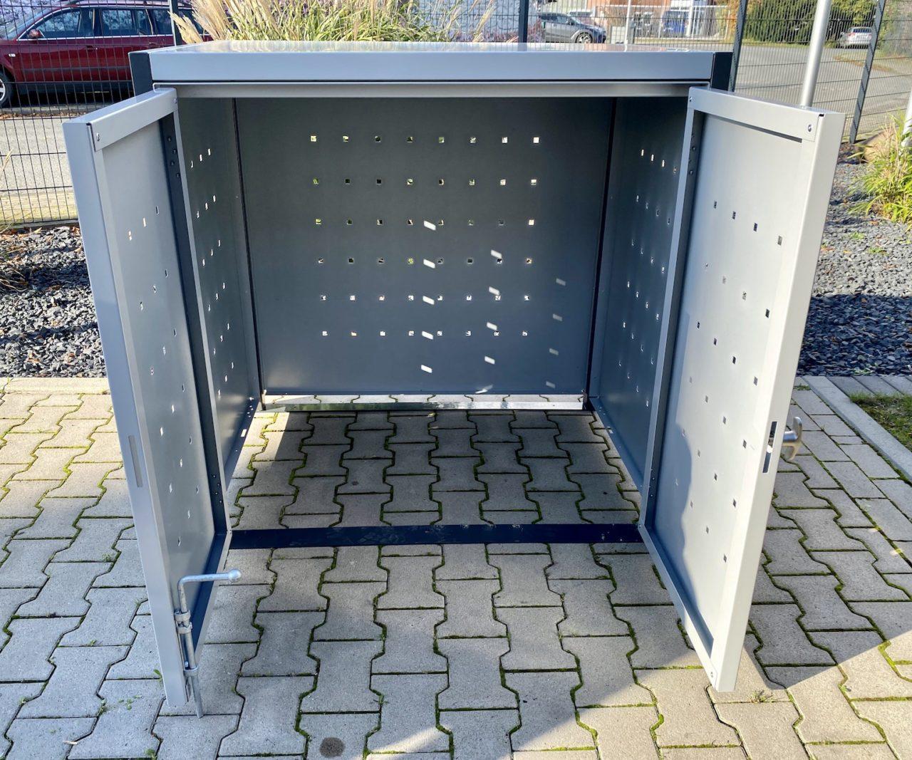 Universalbox aus Metall mit Quadratlochung offen
